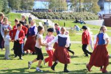 Mali Poligrodzianie uczą dzieci polskie i szwedzkie tradycyjnych tańców.