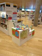 Na stoisku wystawione są polskie ksiązki dla dzieci i materiały o Polsce.