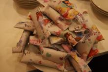 Cukierkowa wróżba, w środku znajduje się karteczka z imieniem najlepszego przyjaciela w przyszłym roku.
